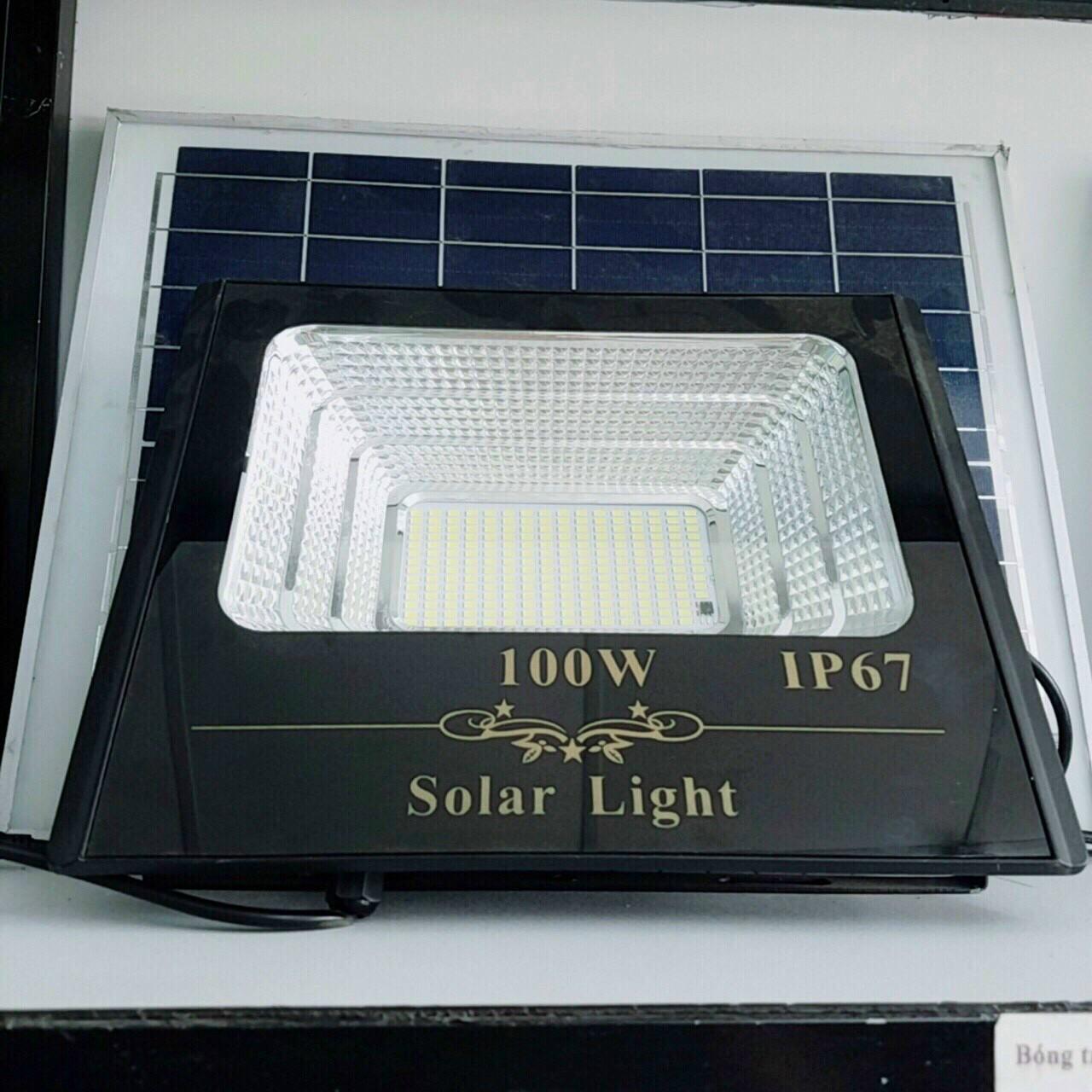 den nang luong mat troi 100W 1 - Đèn pha năng lượng mặt trời 100W