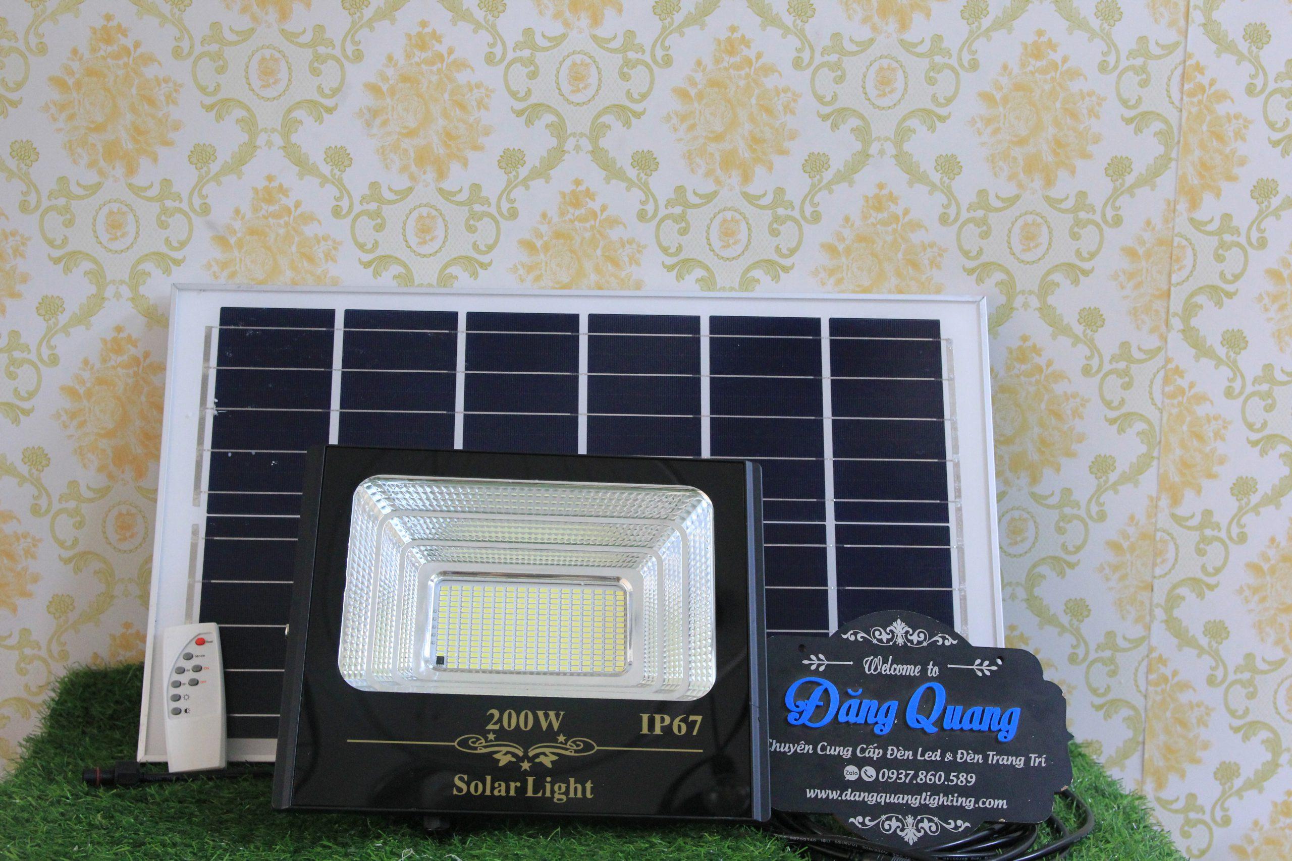den nang luong mat troi 200w 2 scaled - Đèn pha năng lượng mặt trời 200W