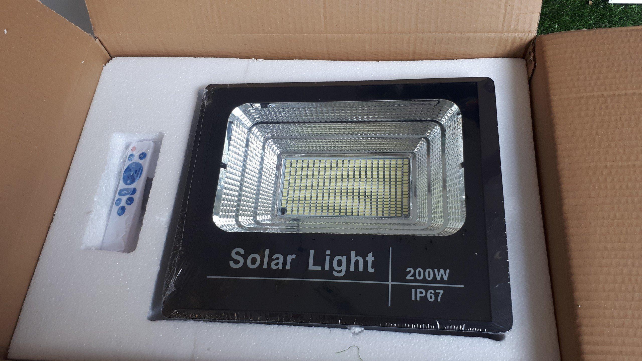 den pha nang luong mat troi 2002 1 - Đèn pha năng lượng mặt trời 200W